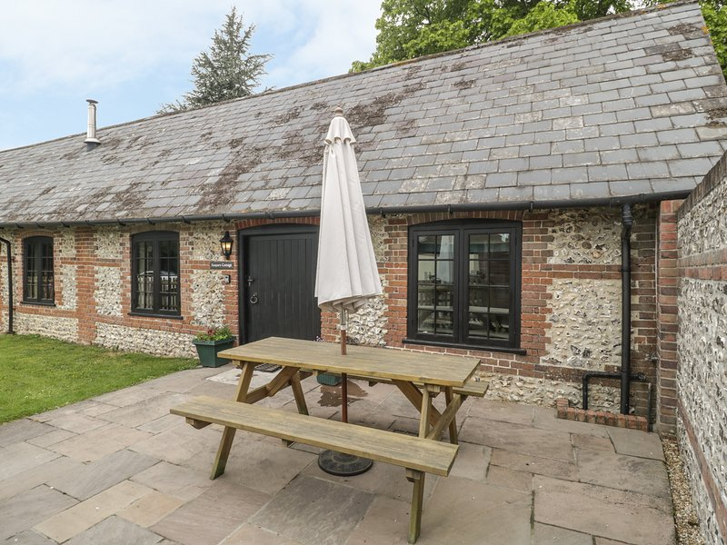 KEEPERS COTTAGE, pet-friendly single-storey cottage with en-suite, woodburner – semesterbostad i Child Okeford