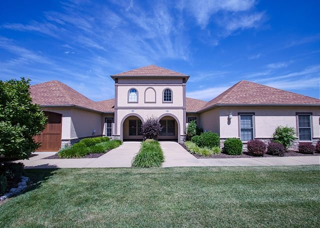 Gorgeous Tuscan-style Villa in Branson Creek! Pet Friendly and Comfortable!!, holiday rental in Hollister