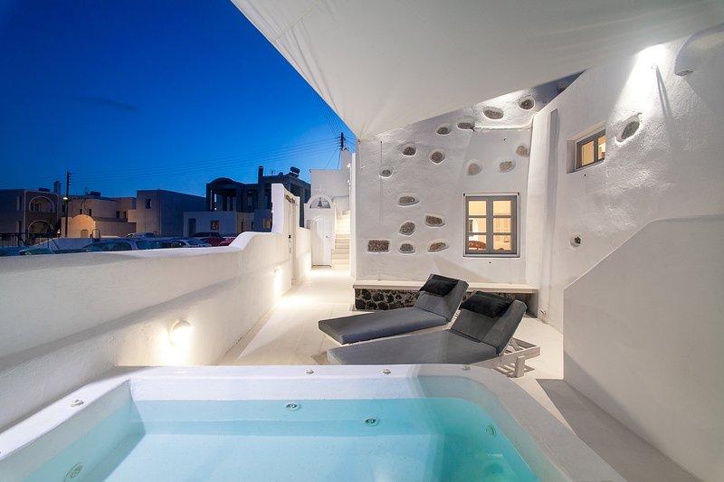 Sun & Wind Villa Santorini with private jacuzzi!, holiday rental in Agios Georgios