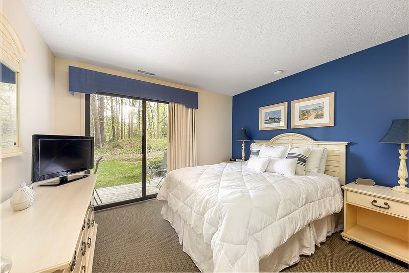 Queen bed in the beautifully well lit, bright and clean master bedroom.