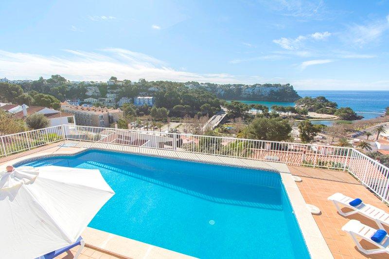Apartamento con vistas al mar y piscina en Cala Galdana, holiday rental in Cala Galdana