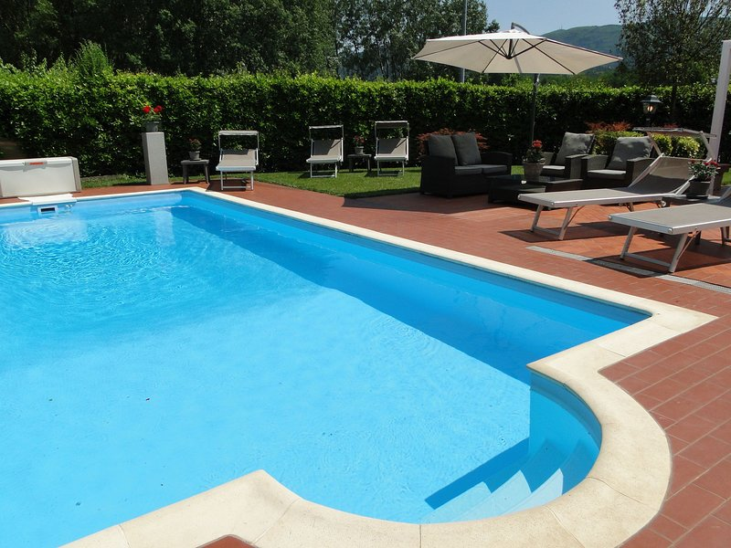 Villa Rosa Lucca, private pool, outdoor kitchen, not far to centre, WIFI Aircon, holiday rental in San Lorenzo a Vaccoli
