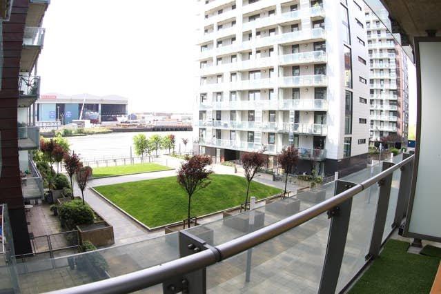 Vista su giardini e fiume dal balcone