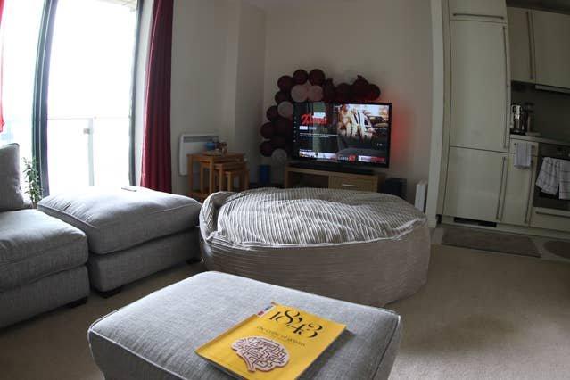 Area lounge con enorme sacco a pelo, perfetta per oziare e guardare il tuo programma Netflix preferito.