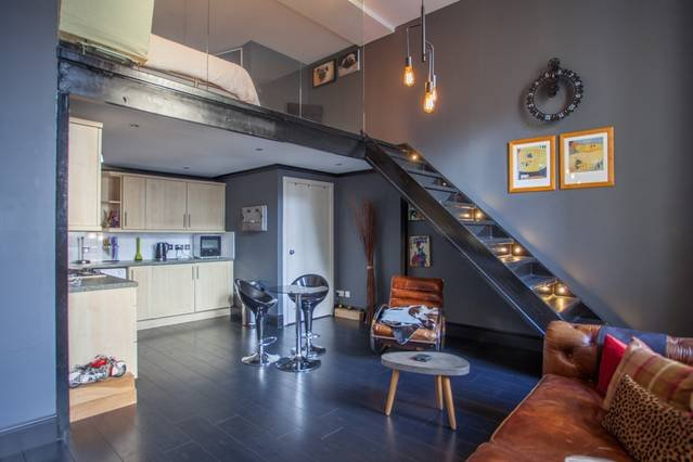 Stunning, bright loft apartment with free parking, location de vacances à Glasgow