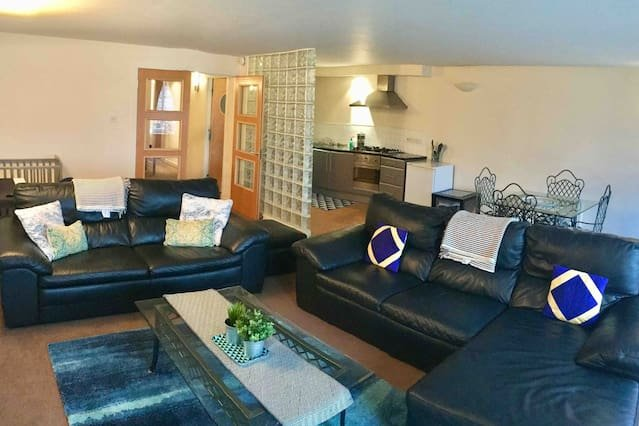 X Large flat ★2 Bthrm★Bus/Train link★free parking, vacation rental in Clydebank