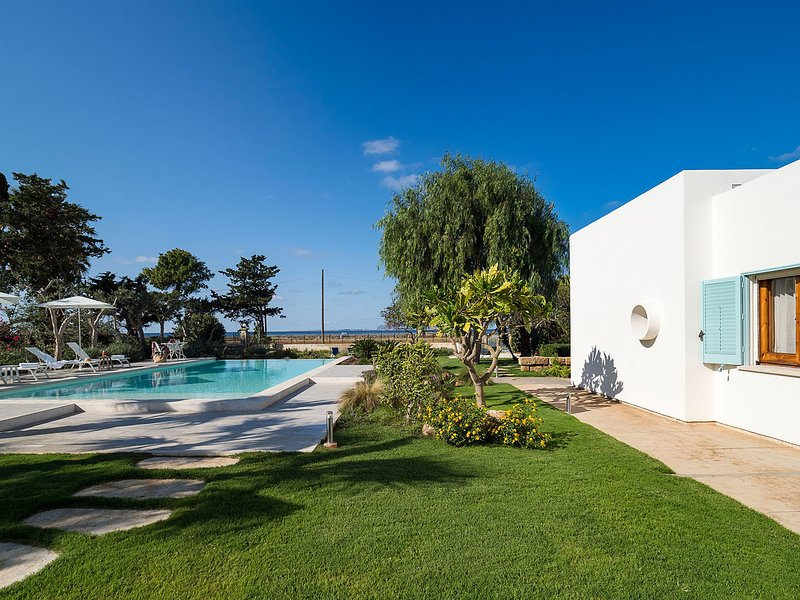 Culcasi Villa Sleeps 10 with Pool Air Con and WiFi - 5802719, holiday rental in Marausa Lido