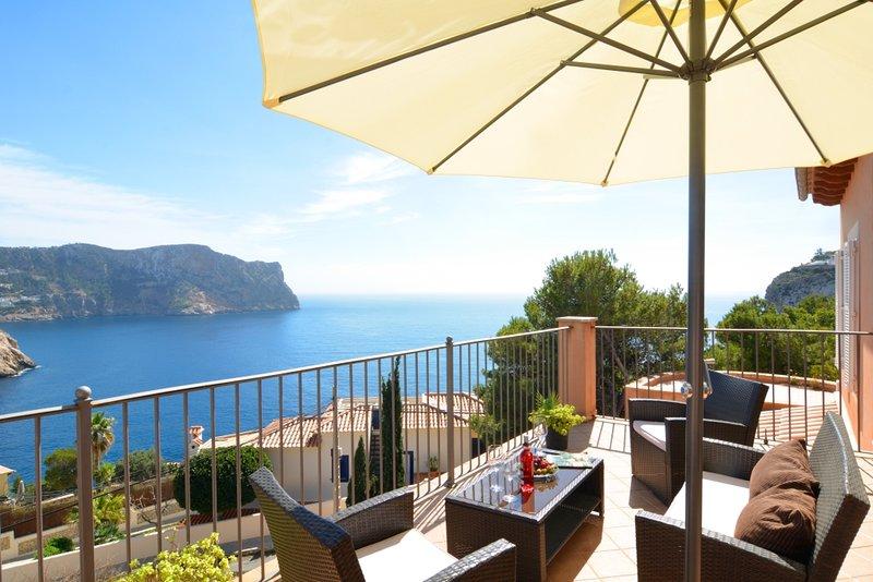Villa with incredible sea views and pool sleeps 7, alquiler vacacional en Camp De Mar