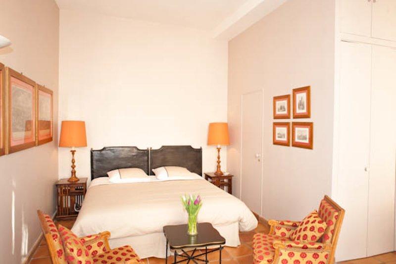 Beautiful Paris Studio Apartment for Rent, vacation rental in Malakoff
