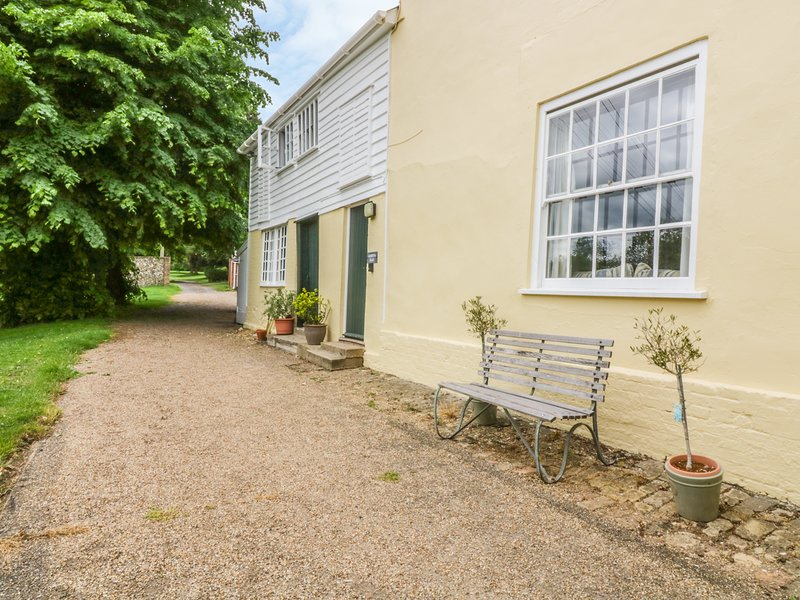 THE GARDEN FLAT AT HOLBECKS HOUSE, pet-friendly, large garden, in Hadleigh, Ref, holiday rental in Hadleigh
