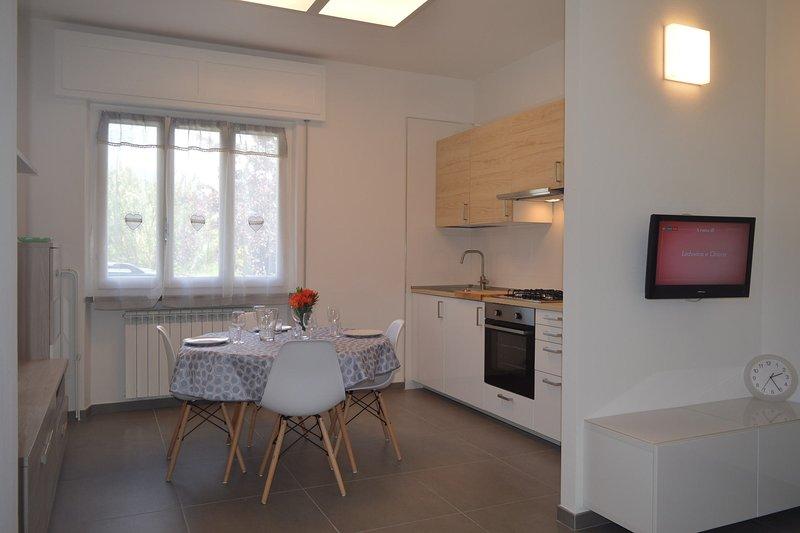 Vista della cucina-sala da pranzo completamente arredata