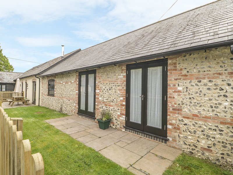 THE OLD CART SHED, pet-friendly, en-suite, woodburner, games room, Blandford, holiday rental in Winterborne Whitechurch