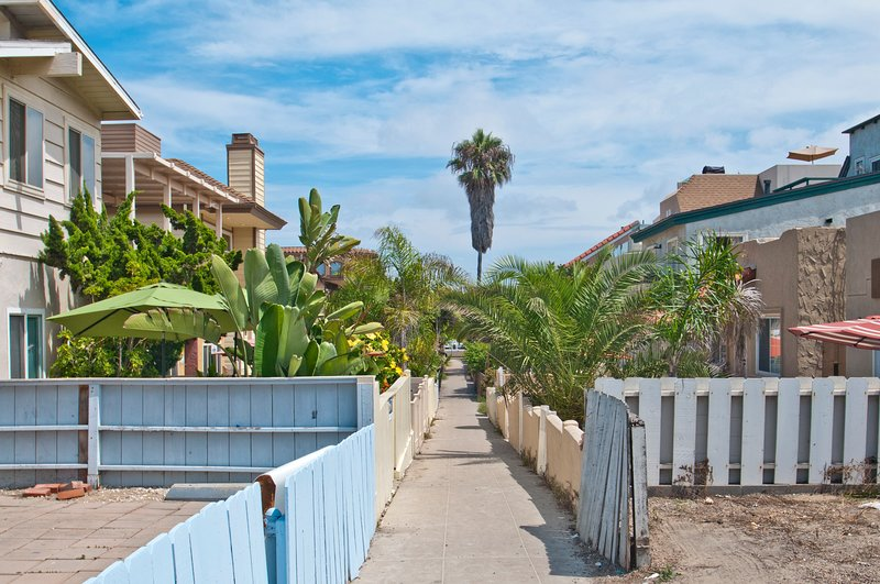 Recently renovated beach duplex, blocks from Mission Beach boardwalk! Free WiFi!, vacation rental in Elvira
