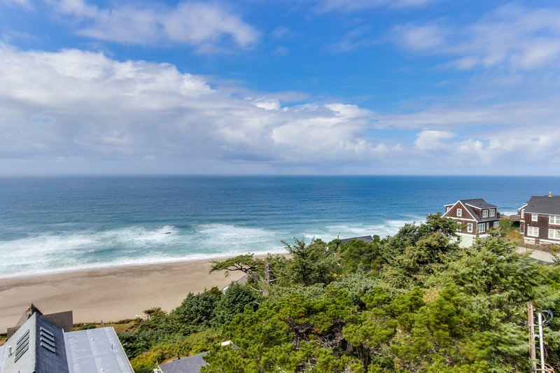 Upper-floor oceanview studio perfect for couples - dogs allowed!, holiday rental in Lincoln City