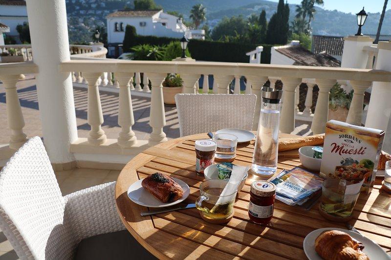 Beau petit déjeuner sur la terrasse!