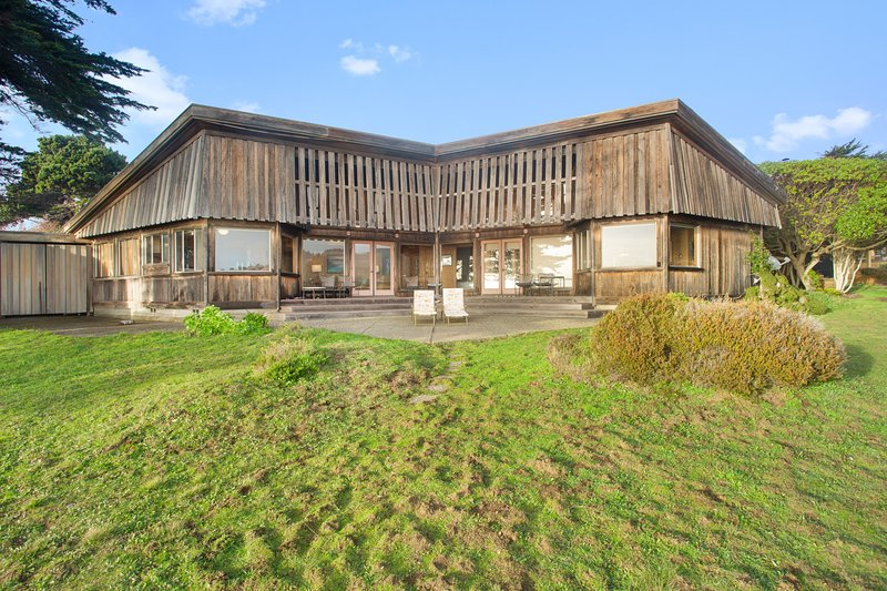 Oceanside home w/classic Sea Ranch architecture, shared pool, & 1 dog ok!, vacation rental in The Sea Ranch