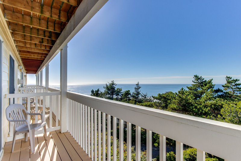 Dog-friendly condo boasts ocean views, easy beach access & more!, holiday rental in Lincoln City