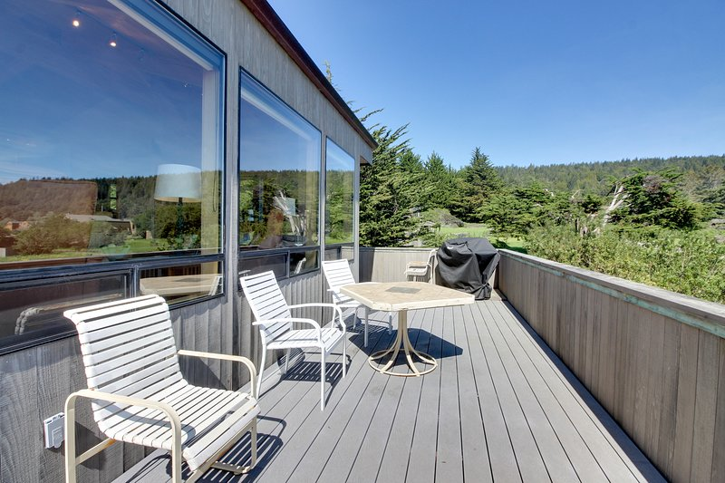 Dog-friendly with hot tub, shared pool, ocean views & two decks!, vacation rental in The Sea Ranch