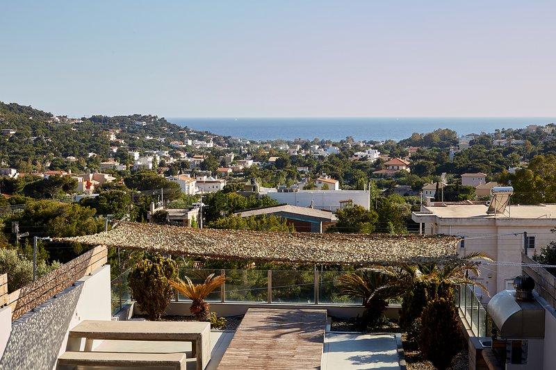 Stunning 4 bedroom private villa with pool & seaviews at the Athenian Riviera, alquiler de vacaciones en Koropi