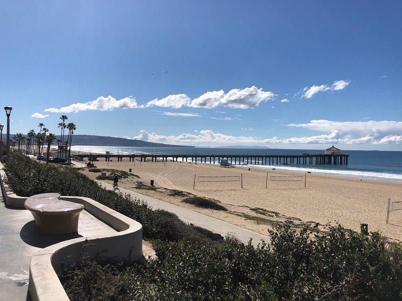 Enchanting Spanish Duplex with Ocean Views...1 Block to Beach!, location de vacances à Manhattan Beach