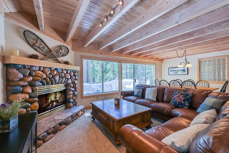 Family-friendly home w/ forest views & hot tub - remodeled & close to the lake!, holiday rental in Squaw Valley