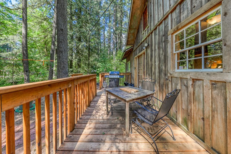 Vintage mountain cabin in the woods close to skiing, hiking, & more!, vacation rental in Welches