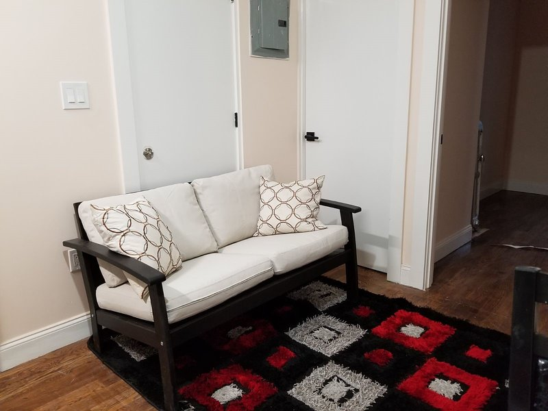 Cozy two berdoom house, holiday rental in Ozone Park