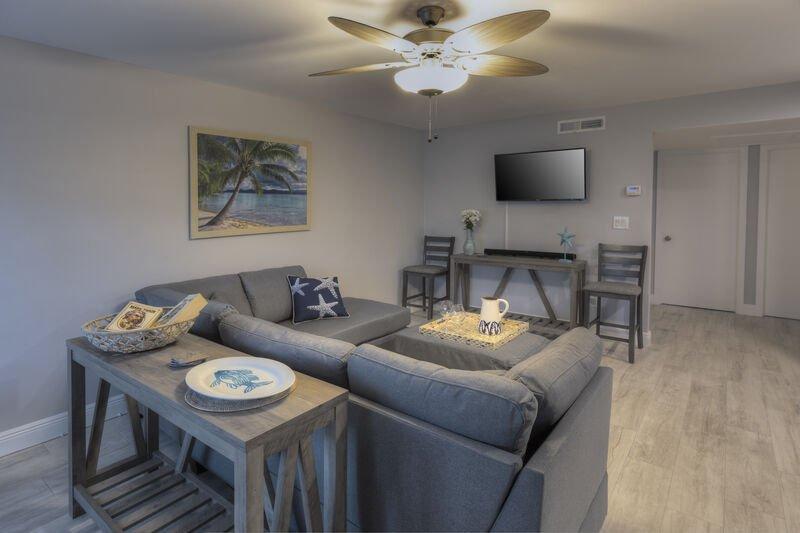 Le salon confortable dispose d'une télévision à écran plat et beaucoup d'espace pour se détendre après une longue journée à la plage.