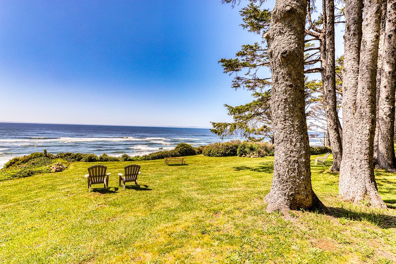 Charming oceanfront duplex with private deck and beautiful ocean views, vacation rental in Yachats