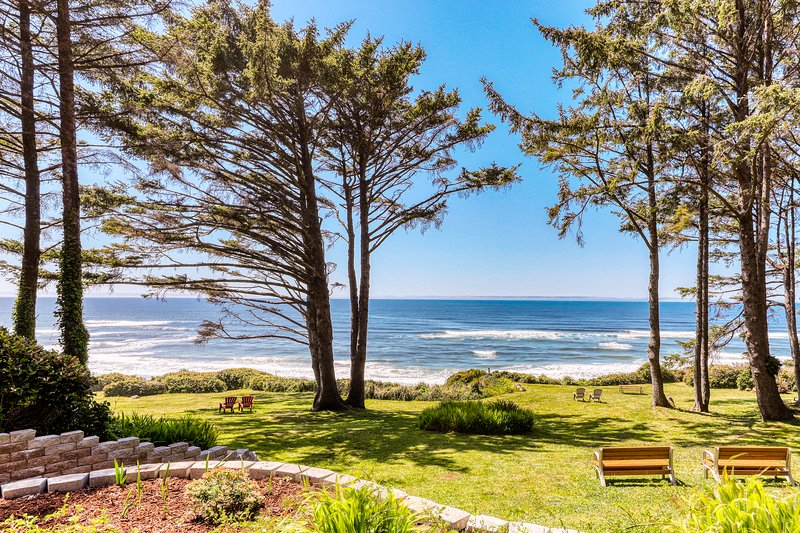 Secluded oceanfront duplex w/ private deck and sea views - recently remodeled!, vacation rental in Yachats