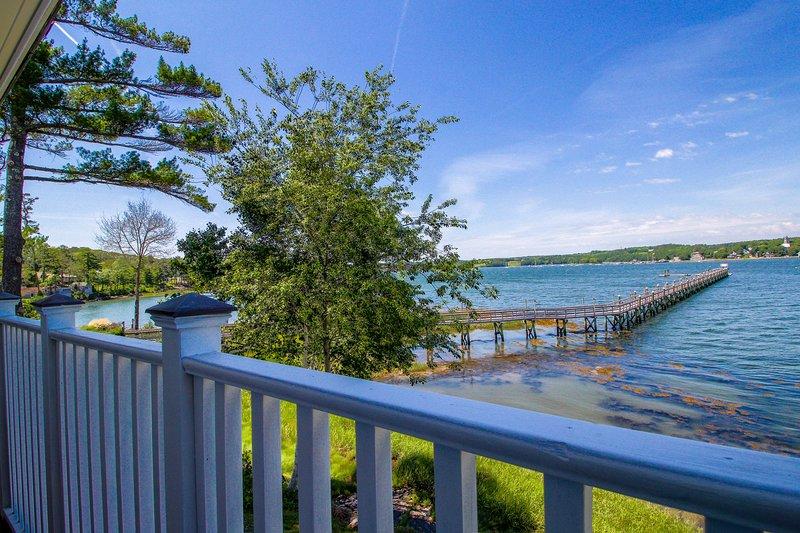 Riverfront condo w/ deck - minutes to shops & restaurants!, aluguéis de temporada em Walpole