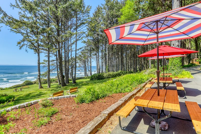 Gorgeous oceanfront home w/ direct beach access, home comforts & ocean views!, vacation rental in Yachats
