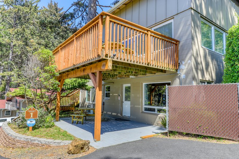 Cozy, oceanfront studio w/ a private deck - just minutes from the Cape!, vacation rental in Yachats
