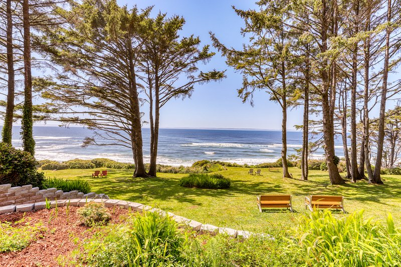 Lovely home on a bluff overlooking the ocean w/ direct beach access, vacation rental in Yachats
