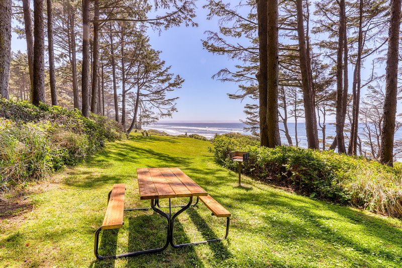 Elegant oceanfront apartment w/ easy beach access - great romantic getaway!, vacation rental in Yachats