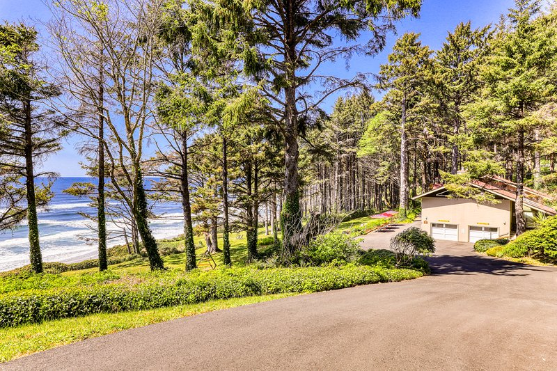Romantic skylit studio with private deck and beautiful oceanfront views, vacation rental in Yachats