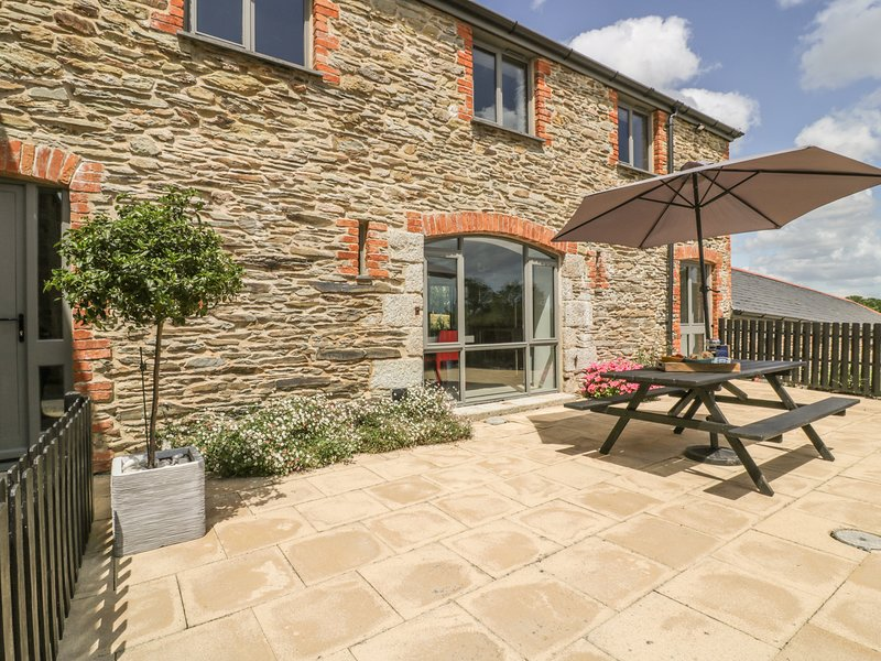 KARADOW, country views, hot tub, open-plan living, near St Mawes, vacation rental in Trewithian