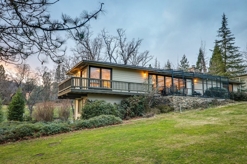 Yosemite Nearby - home w/ deck, screened porch, shared pool - on golf course, location de vacances à Coulterville