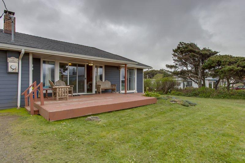 Cozy home w/ ocean views, easy beach access, & outdoor firepit - dogs welcome!, location de vacances à Waldport