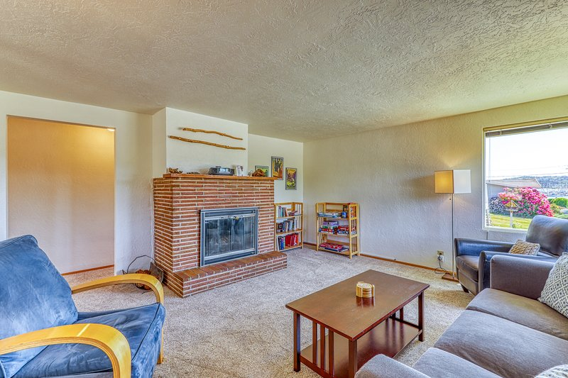 Mid-century house w/bay view, entertainment & large yard, holiday rental in Keyport