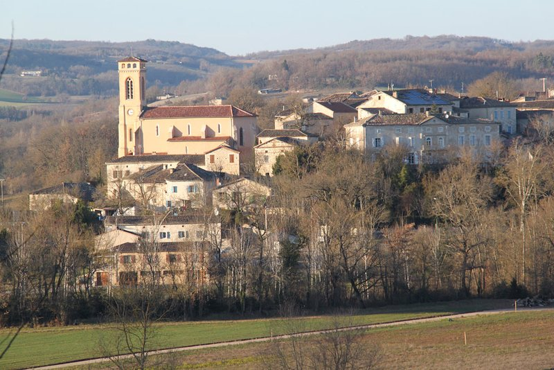 Hermoso pueblo en medio de viñedos y bastidas de Gaillac.