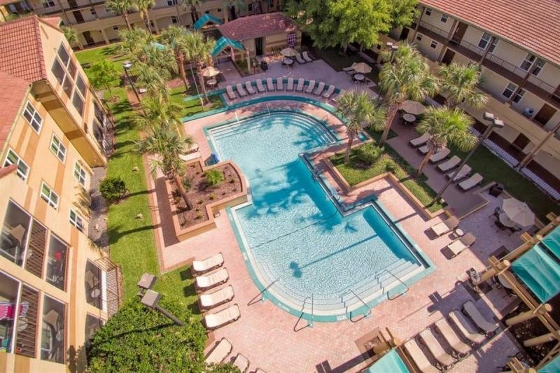 GROUP GETAWAY! 3 Separate 2BR Condos w/ 4 Heated Pools Near Disney!, holiday rental in Orlando