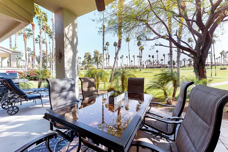Beautiful condo w/ golf course/mountain views plus a shared pool & spa, vacation rental in Indian Wells