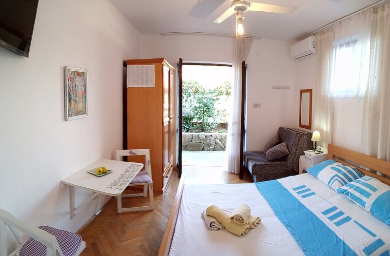 A- Close to sea apartment, holiday rental in Jelsa