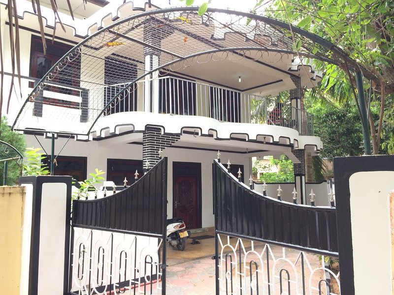 Hari Guest House - 6 Bed rooms (Full House)- 15 to 20 people sleeps, vakantiewoning in Northern Province