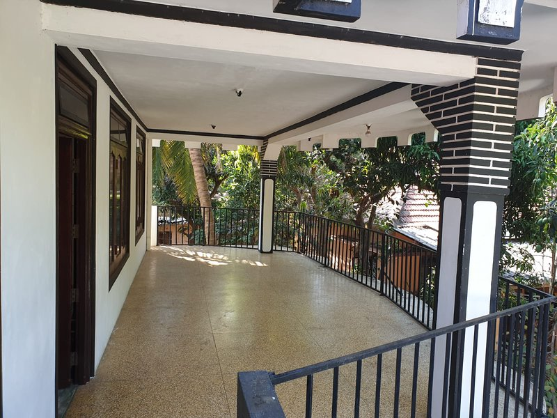 Hari Guest House - Family double bed room with A/C - 5 Adluts sleeps, vakantiewoning in Northern Province