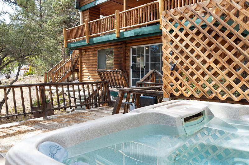 Haven Hideaway Spacious 3 BR / Hot Tub / Games, holiday rental in Lucerne Valley