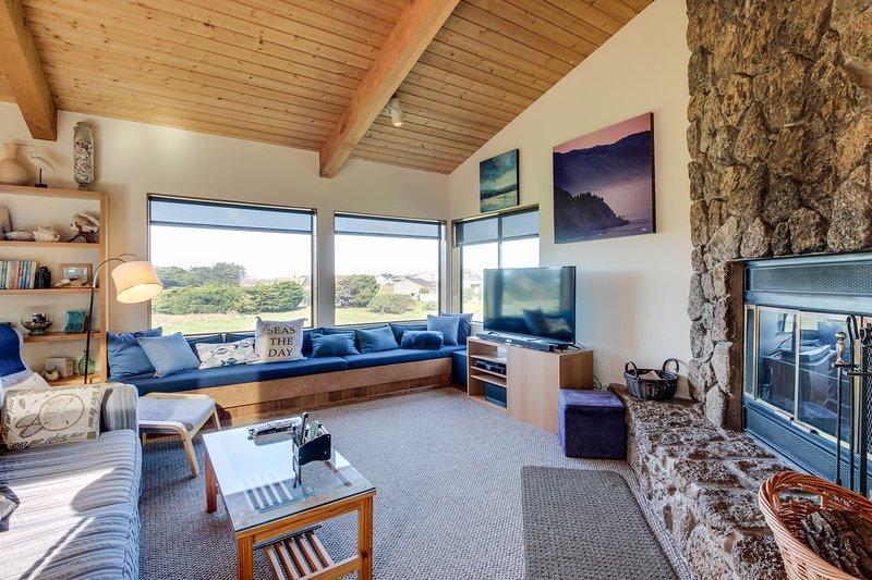 Dog-friendly Sea Ranch home near playground & beach w/ shared pool, vacation rental in Gualala