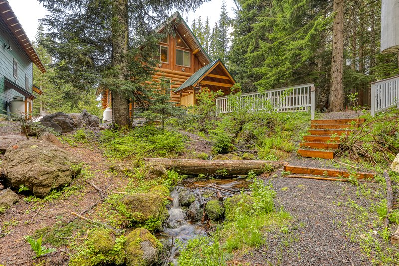 Two beautiful, spacious, dog-friendly mountain cabins w/ hot tub, deck & patio!, holiday rental in Government Camp
