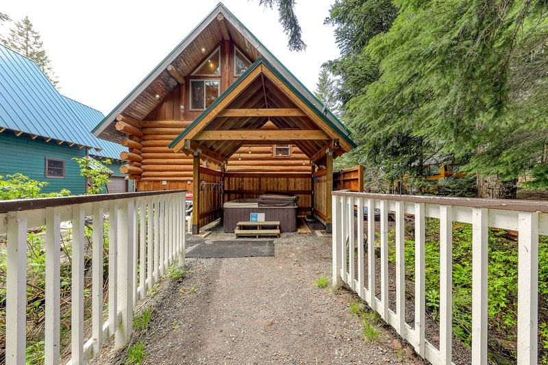 Great antique cabin at Timberline base w/ shared hot tub, dog-friendly attitude!, holiday rental in Government Camp